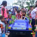 Niños juegan en el parque California.