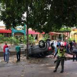 Carro queda volcado frente al restaurante Varadero