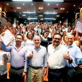 El gobernador Verano y los docentes becados.