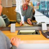 El sector de servicios comprende a los trabajadores de la rama financiera.