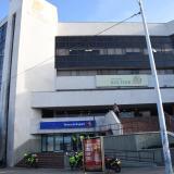 Delincuentes disfrazados de médicos habrían cometido atraco en sede del Banco de Bogotá