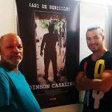 Edinson y Rubén Casallins junto al cartel de la película.