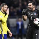 Buffon da indicaciones en el juego de ida entre Italia y Suecia.