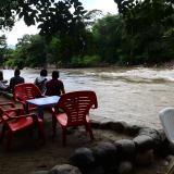 Algunas personas a orillas del Río Guatpurí.