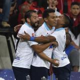 El volante uruguayo Matías Mier (i) y el defensor David Murillo celebran con Teófilo el gol ante Flamengo.