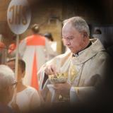 Monseñor Jairo Jaramillo Monsalve entrega la hostia a los fieles católicos.