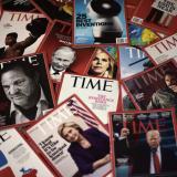 Ejemplares de 'Time' exhibidos sobre una mesa.