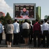 Varios norcoreanos escuchan al líder Kim Jong-Un cuando anunciaba por televisión el lanzamiento de otro misil balístico.