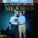 El director ejecutivo de Fenalco, Héctor Carbonell, entrega el galardón al presidente de EL HERALDO, Ramiro Avendaño.