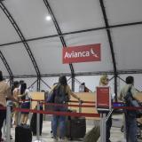 Algunos pasajeros cuando se registraban en la terminal aérea.