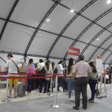 Usuarios esperan hacer check-in en sus vuelos de Avianca.