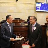 El senador Efrain Cepeda recibe el proyecto de Ley de Regiones de manos del gobernador Verano. Los acompañan Horacio Serpa y Andrés Zuccardi.