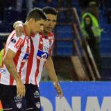 Teófilo Gutiérrez abraza a Roberto Ovelar.