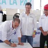 El gobernador Eduardo Verano, el viceministro de Agricultura, Juan Pablo Díaz Granados, y el secretario de Desarrollo, Anatolio Santos, durante la firma del convenio.