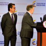 El presidente Juan Manuel Santos felicitó a Luis Humberto Martínez, gerente del ICA, por su gran labor. Aparecen además, Luis Barcos, director OIE, y el ministro de Agricultura, Juan Guillermo Zuluaga.