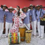 María José Barandica, reina del Carnaval 2018 de Santo Tomás, acompañada de sus músicos.