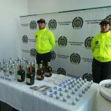 La policía decomisó varias botellas de alcohol ilegal en el Atlántico.