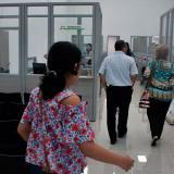 Usuarios ingresan a las instalaciones de la nueva oficina de la Alcaldía en la localidad Riomar.