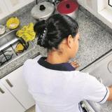 Solo al 14% de los empleados domésticos les pagan sus presentaciones según la ley