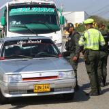 Un grupo de agentes del Gaula y Policía de Tránsito en medio de un operativo de movilidad.