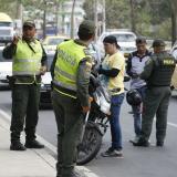 Agentes de la Policía realizan una requisa a dos mototaxistas.