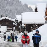 Los peatones caminan por el pequeño complejo de Zinal, en los Alpes suizos, después de reabierta la carretera de acceso por efectos de las fuertes nevadas.