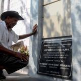 Daniel Montero, el único sepulturero del Cementerio Central de Soledad, aprecia la tumba del poeta José Miguel Orozco Solano, fallecido hace 41 años.