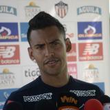 Germán Gutiérrez atendiendo a los medios de comunicación