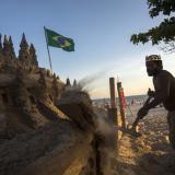 Así es la vida de un brasilero que vive en un castillo de arena en Rio de Janeiro