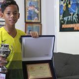 Sebastián posa con su mejor 'amigo' y con el trofeo de goleador que recibió de parte de la Liga de Fútbol del Atlántico.