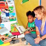 Patricia Vargas, directora de Primera Infancia de la Alcaldía, interactúa con dos niñas.