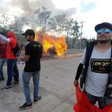 Manifestantes quemaron llantas y lanzaron piedras en medio de la ceremonia de posesión del presidente Juan Orlando Hernández.