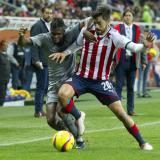 Avilés Hurtado disputando el balón con el volante de las Chivas Rodolfo Pizarro.