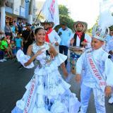 Los reyes infantiles, Laura Ospino y Samuel Quintero, bailaron durante todo el recorrido.