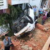 El vehículo quedó volcado en frente de uno de los apartamentos del conjunto residencial.