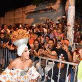 Valeria Abuchaibe Rosales, reina del Carnaval de Barranquilla, anima a un grupo de espectadores durante el desfile de la noche de Guacherna.