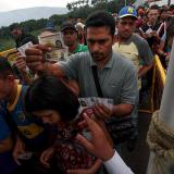 Ciudadanos venezolanos ingresan por el puente internacional Simón Bolívar en la frontera con Cúcuta.
