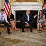 Trump promete controlar la compra de armas