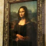 La Mona Lisa, obra maestra de Leonardo da Vinci, atrae a millones de personas al museo del Louvre cada año.