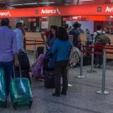 Pasajeros durante el 'check in' de Avianca, en el aeropuerto Ernesto Cortissoz.