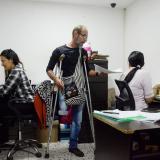Edgardo habla en una de las oficinas.