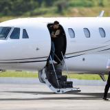 Neymar, en muletas, sale del hospital rumbo a su rehabilitación