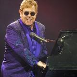 Elton John se baja de la tarima por fan que toca su teclado