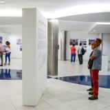 Personas asistentes a una exhibición de arte en la ciudad.