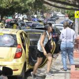 Una joven se baja de un vehículo de servicio público cerca de un puesto de votación.