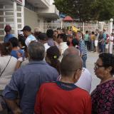 Sufragantes en las afueras de un centro de votación.