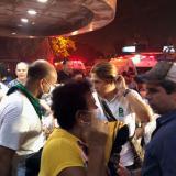 Alejandro Char dialoga con un paciente evacuado.