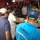 El alcalde de Barranquilla, Alejandro Char, observa a un paciente.