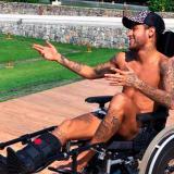 Neymar, blanco de críticas por foto en homenaje a Hawking