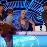 Katy Perry enciende la polémica tras robarle un beso a un concursante de American Idol